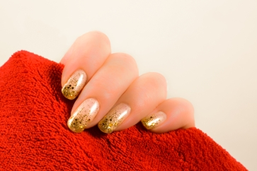 A gold manicure that isn't too overwhelming