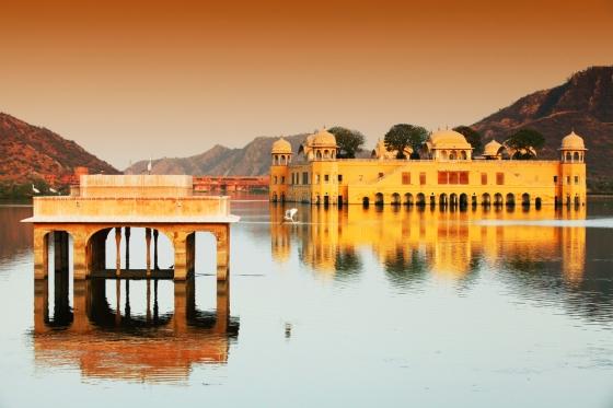 Incredible views of the jal Mahal in Maan Sagar Lake, Rajasthan.